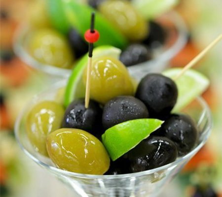 chernye-i-zelenye-masliny-v-bokale-martinka