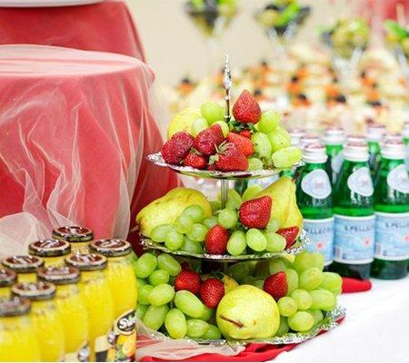 fruktovaja-gorka-i-napitki-na-furshetnom-stole
